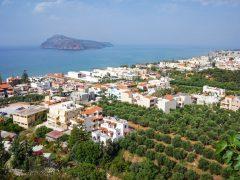 Asuminen suositussa lomakohteessa: Plataniaksen ihanuus ja kamaluus